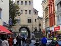 Ladenstrasse-mit-Stadttor